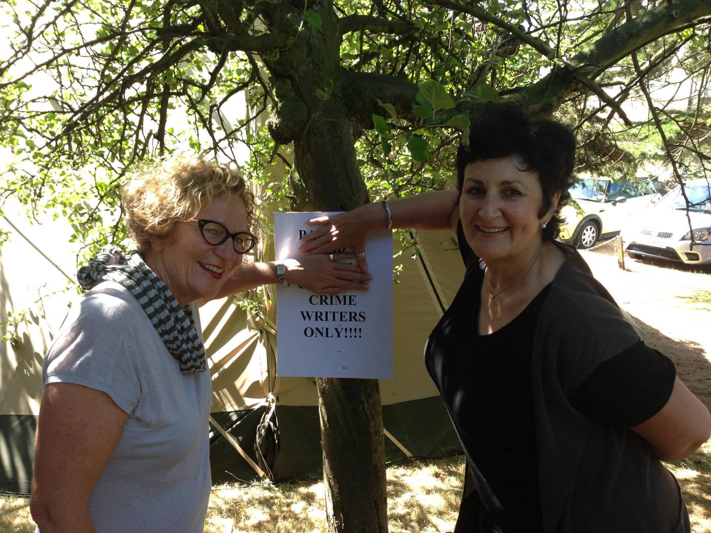Julie 2013: Met misdaadskrywer Karin Brynard by die Harrogate krimi-fees in Engeland.
