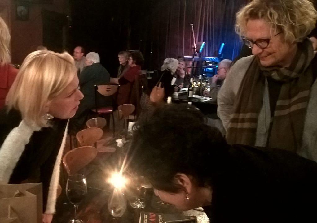 Maart 2016: Bekendstelling van Karin Brynard se Tuisland in Die Boer in Durbanville. Hier is Margit Meyer-Rödenbeck by Irna met Karin wat boeke teken.