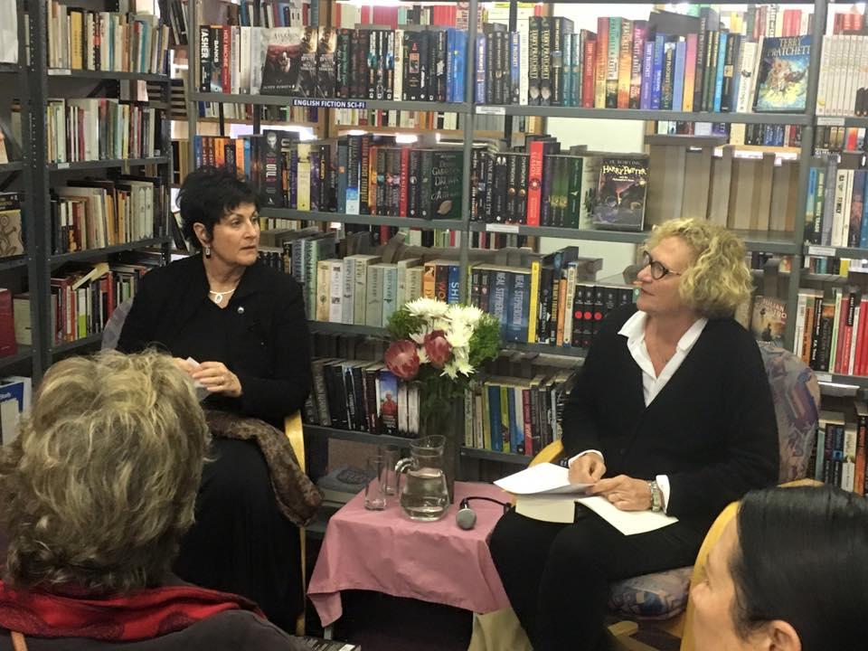 Junie 2016: Irna en Karin Brynard in gesprek by Karin se bekendstelling van Tuisland in die Protea Boekhuis op Stellenbosch.